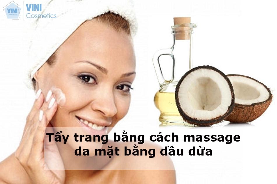 Tẩy trang bằng cách massage da mặt bằng dầu dừa